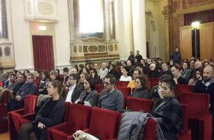Il pubblico all'incontro sul modello Riace per l'accoglienza dei migranti