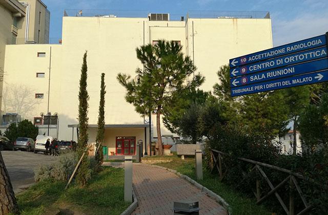 La palazzina dell'ospedale di Senigallia dove sono ospitati i reparti di radiologia e di nefrologia