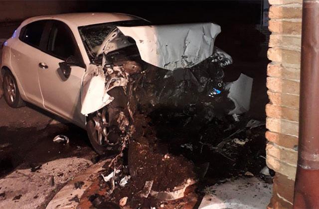 L'auto distrutta dopo lo schianto contro la chiesa dell'Incancellata a Corinaldo