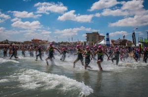 Il momento della nuoto durante la gara di triathlon sulla spiaggia di Senigallia