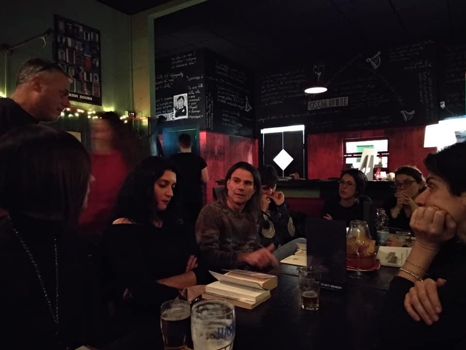 Il gruppo di lettura all'Oscar Wilde irish pub