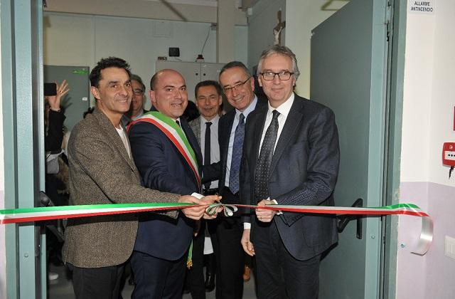 Il taglio del nastro: da sinistra l'assessore Moreno Pieroni con il sindaco Simone Pugnaloni, da destra il governatore Luca Ceriscioli con il direttore dell'Inrca Gianni Genga