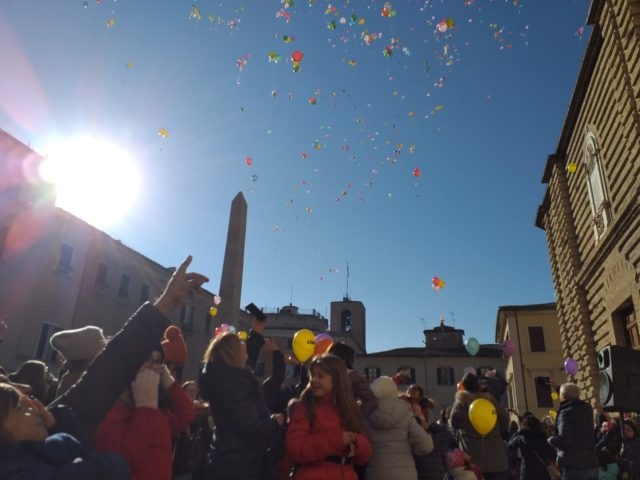 Pace e solidarietà, il messaggio in volo da Piazza Federico II