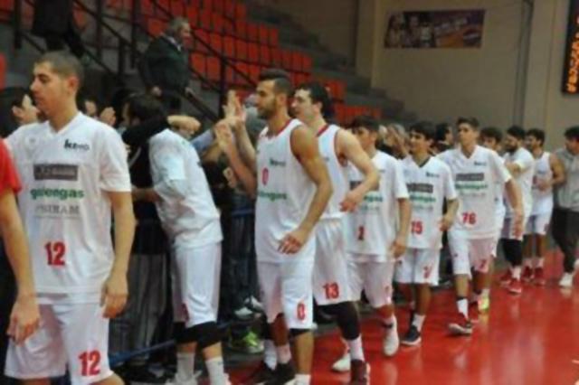 I ragazzi della Goldengas salutano il pubblico - foto Claudio Bartoli