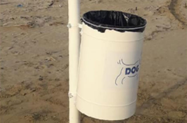 I cestini per gettare gli escrementi del cane e non abbandonarli in spiaggia