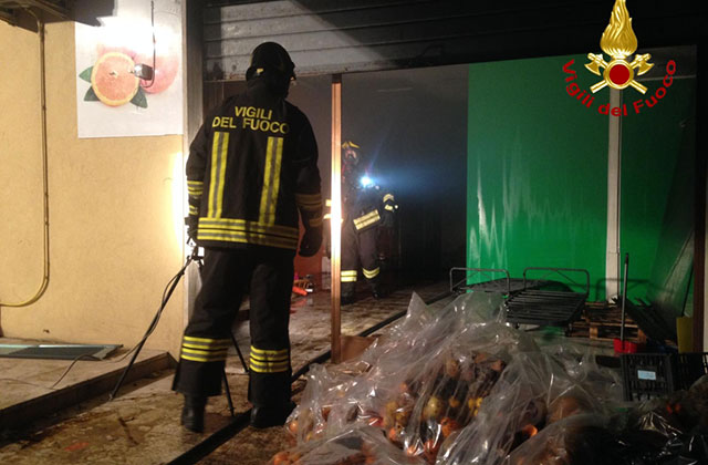 Un incendio è scoppiato in un negozio a Marzocca di Senigallia: vigili del fuoco al lavoro