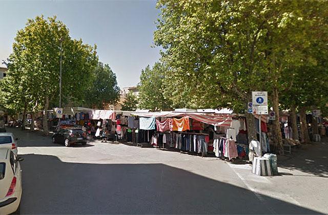 Il mercato in piazza Simoncelli a Senigallia