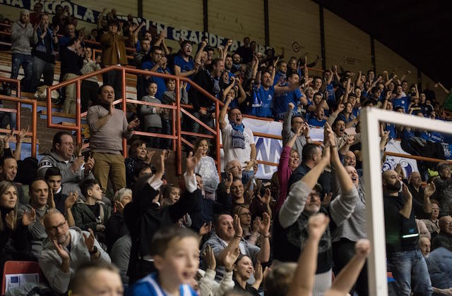 Il pubblico fabrianese entusiasta per la Ristopro seconda in classifica (foto di Marco Teatini)