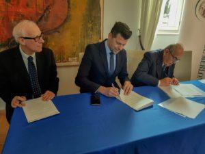 Il momento della firma di Maurizio Mangialardi