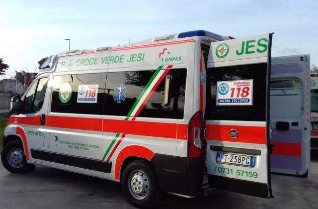 Jesi: malore fatale al volante, l'auto finisce contro i mezzi in sosta