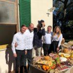 Luca Paolorossi con la squadra dello chef Errico Recanati e del salumificio del Conero