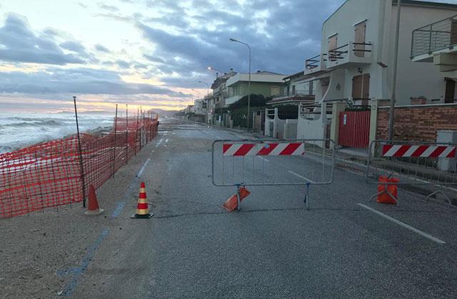 L'erosione costiera a Marina di Montemarciano: lungomare transennato per la mareggiata