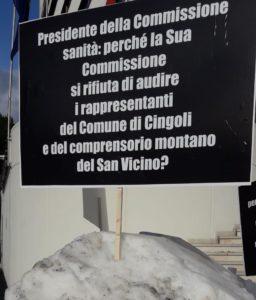 Uno dei cartelli piazzati sulla neve