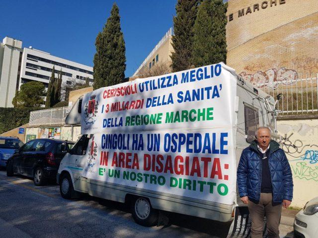 Il sindaco Filippo Saltamartini e il camper in segno di protesta davanti alla Regione