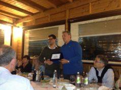 In piedi, a destra, Romeo Giannoni viene premiato dall'attuale presidente della sezione Aia di Jesi, Riccardo Piccioni (foto da pagina Fb Aia Jesi)