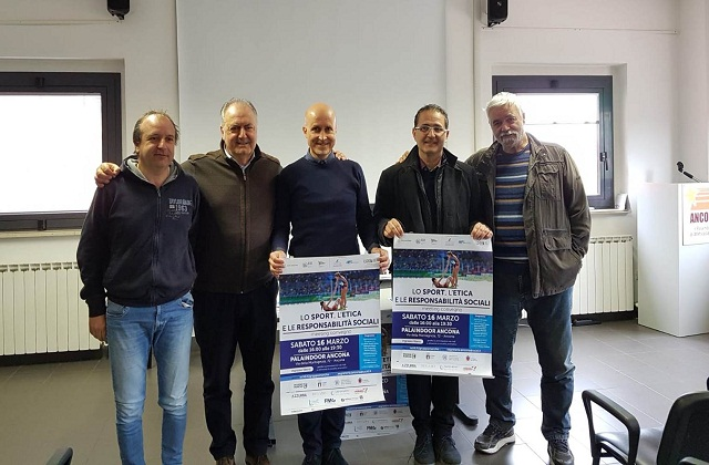 Una foto di gruppo della conferenza di presentazione dell'iniziativa