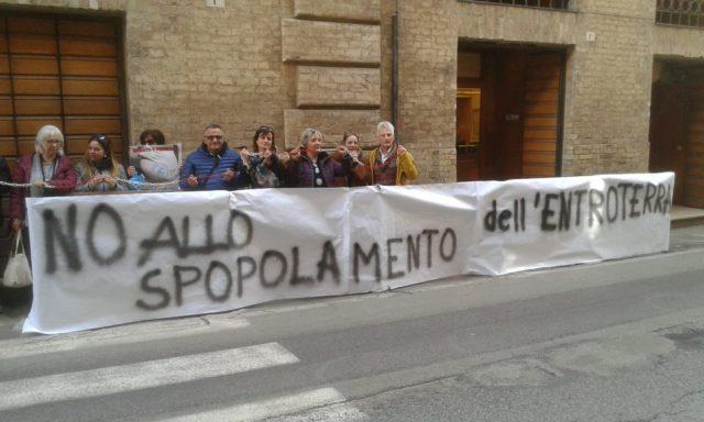 Manifestazione davanti alla sede del Tar Marche
