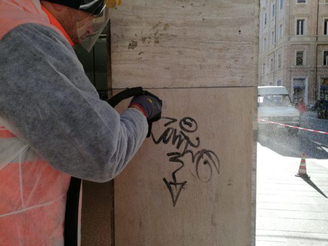 Gli operatori di AnconAmbiente rimuovono le scritte dalle colonne della Galleria Dorica