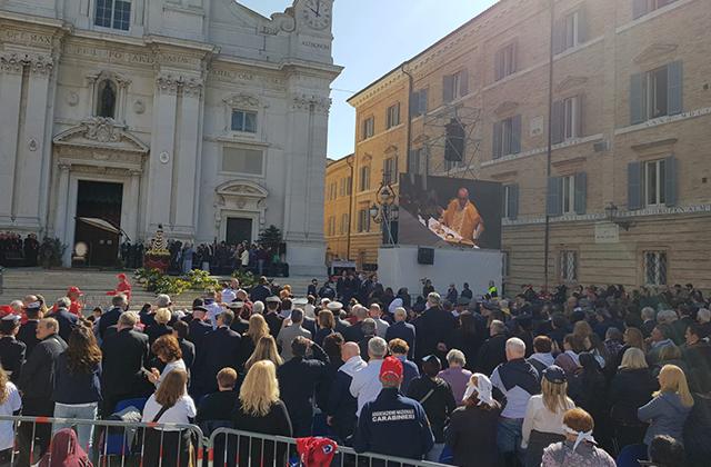 Il Papa a Loreto, Bergoglio: «La Santa Casa è la casa delle famiglie e dei malati»