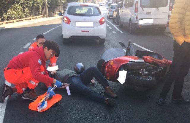 Ancona: moto contro auto, centauro in ospedale