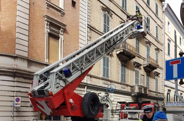«Cornicioni pericolanti, controllate il palazzo»: residente invia pec e arrivano i pompieri