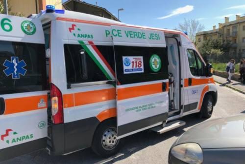 Maiolati Spontini, con l'auto contro il bus degli studenti: un ferito