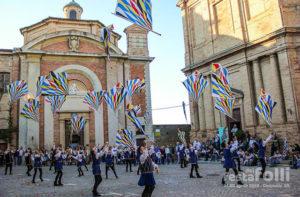 L'esibizione del gruppo storico Combusta Revixi alla festa dei folli a Corinaldo
