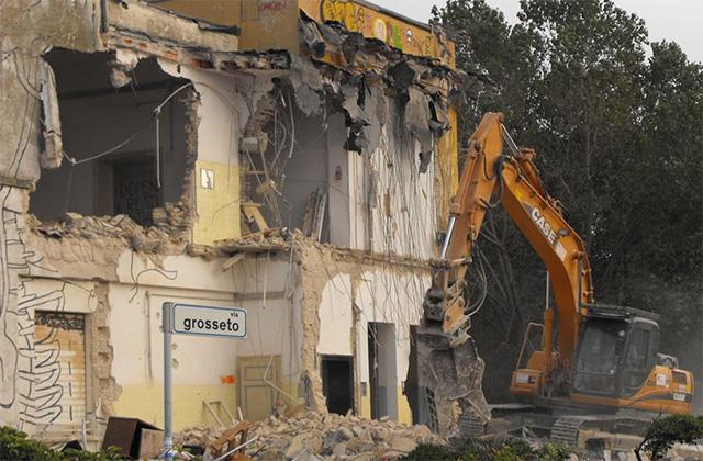 La demolizione delle ex colonie Enel sul lungomare Da Vinci di Senigallia