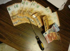 Il cacciavite e i soldi trovati dalla polizia