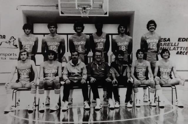 Coach Alberto Bucci con il Fabriano Basket che conquistò la promozione in serie A1 nel 1982