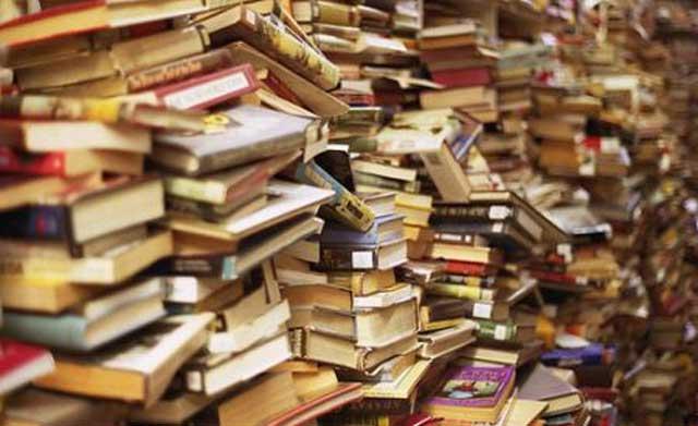 Per comprare i libri maltratta gli anziani genitori. Professore a processo