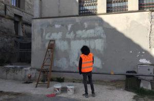 Volontari in azione a Senigallia per cancellare scritte e segni con l'iniziativa #muripuliti