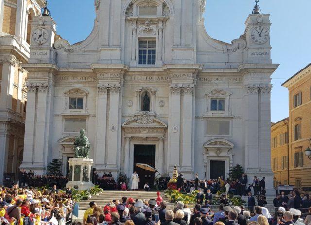 Loreto, in 400 con l'arcivescovo in pellegrinaggio dal Papa