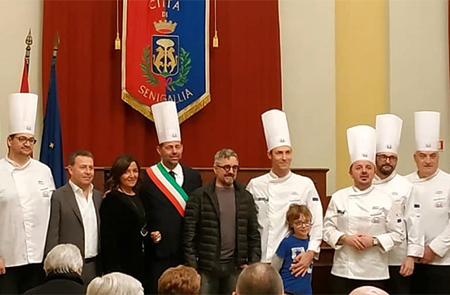 Mauro Uliassi assieme alla sorella Catia, al sindaco Mangialardi e agli chef dell'Unione regionale Cuochi Marche