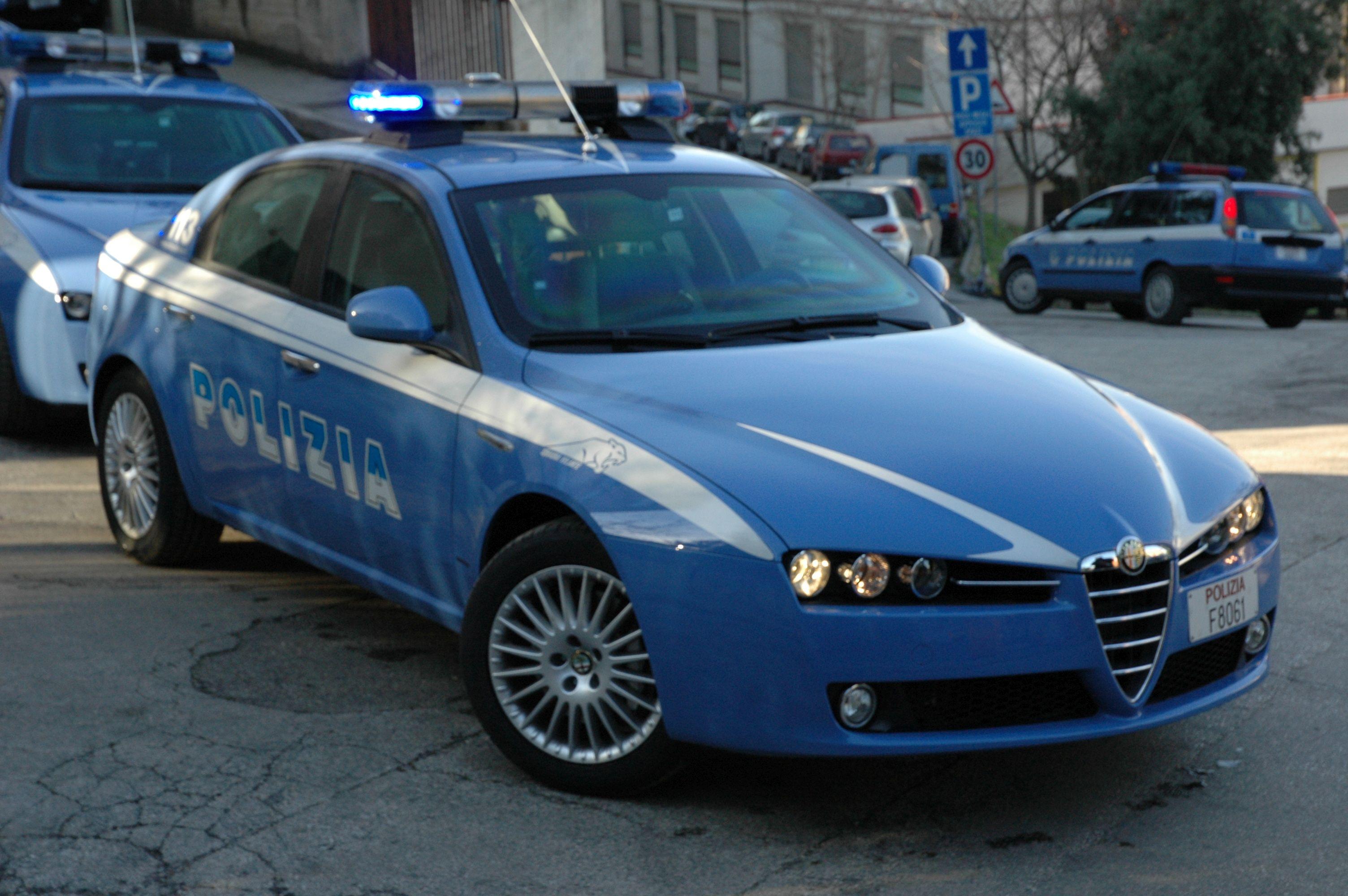Pesaro, non si ferma allo stop e passa col rosso, inseguimento e veicolo sequestrato