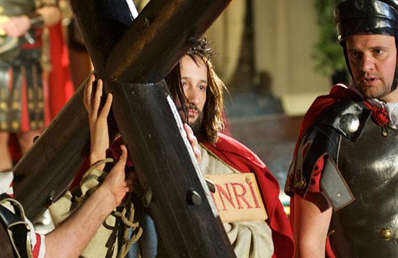 Gesù porta la Croce La Turba