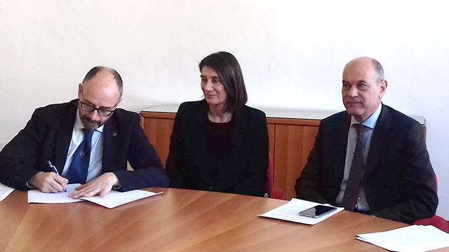 Da sinistra, la firma sull'accordo del rettore di Unicam prof. Claudio Pettinari, l'assessora Marisa Campanelli, il sindaco Massimo Bacci