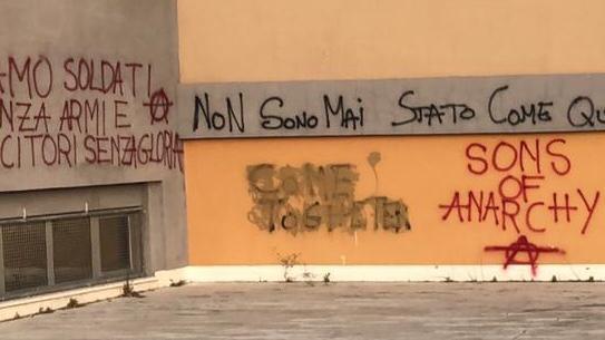Le scritte con il simbolo degli anarchici sui muri del Savoia-Benincasa