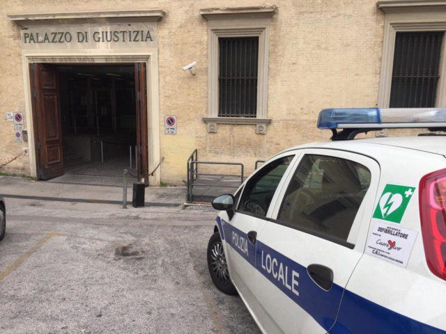 L'arrivo della polizia locale per la convalida dell'arresto in tribunale