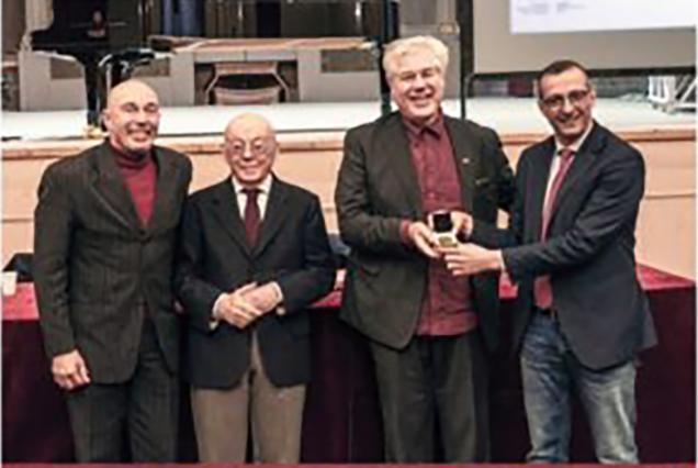 Valerio e Claudio Veneri ritirano il Premio per Accademia dei Musici dal sindaco di Pesaro Matteo Ricci e dal presidente onorario R.O.F. Gianfranco Mariotti