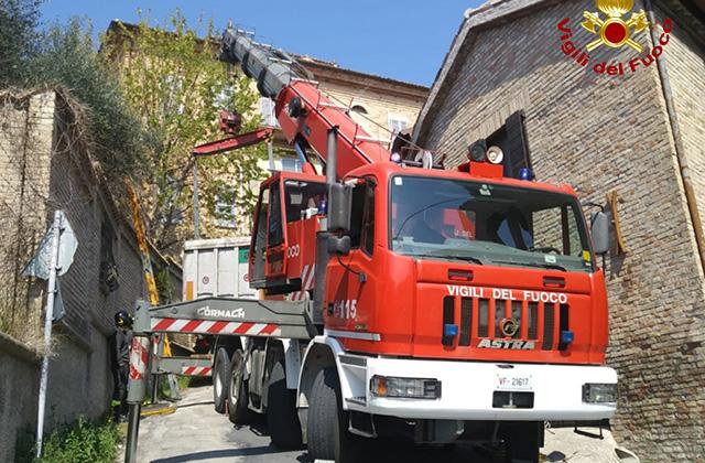 Autoarticolato incastrato in via Massa, a Ostra: intervengono i Vigili del fuoco