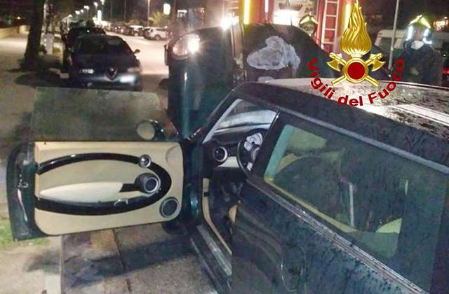 Un incendio ha coinvolto un'auto sul lungomare Da Vinci di Senigallia