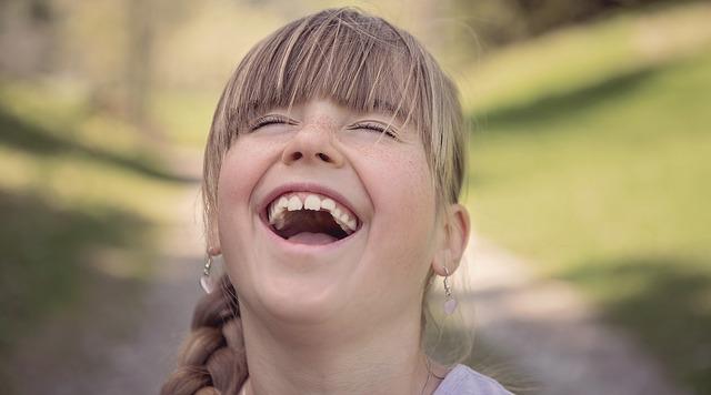 Perché ridere fa bene a mente e corpo: risponde la psicologa
