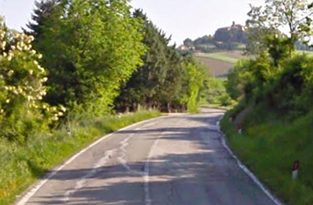 Asfalto malridotto lungo la sp 360 Arceviese nella zona di Borgo Emilio (Arcevia)