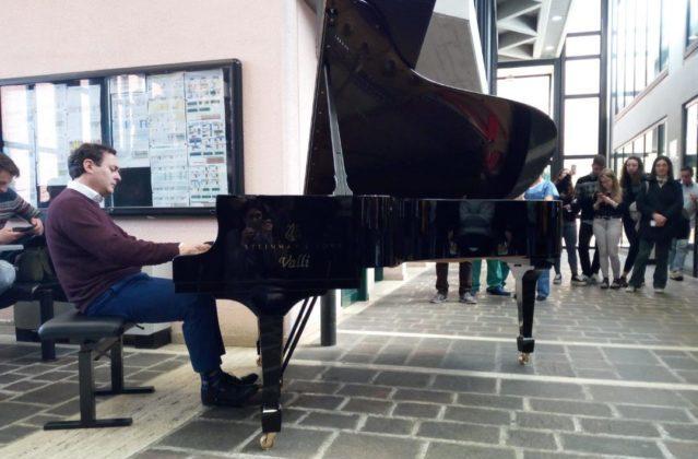 Concerto a sorpresa alla Politecnica, il pianista Gianluca Luisi incanta gli studenti di Medicina