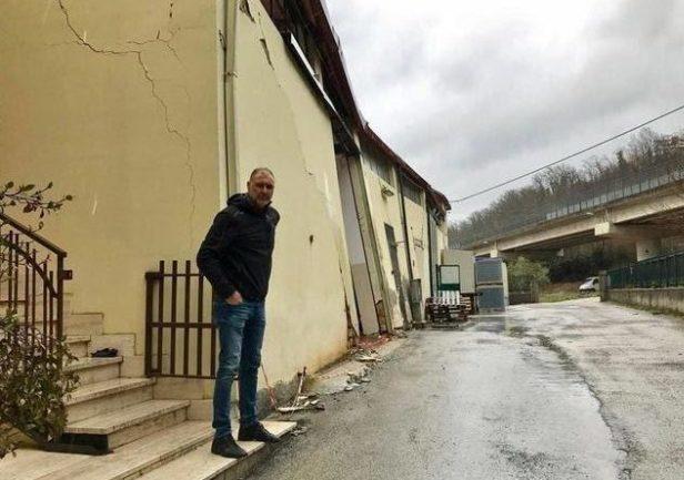 Francesco Riti davanti alla sua azienda colpita dal sisma, prima della messa in sicurezza