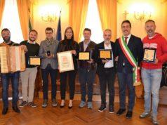 Alcuni dei premiati con il sindaco Roberto Ascani