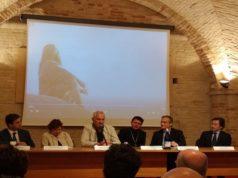La conferenza di presentazione (da sinistra: Gabrielli, Benatti e Poletti, monsignor Dal Cin e Viganò, Salvi)