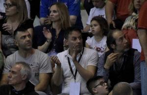 Il presidente dell'Italservice Pesaro Lorenzo Pizza (in polo bianca) tifa la squadra a Montesilvano