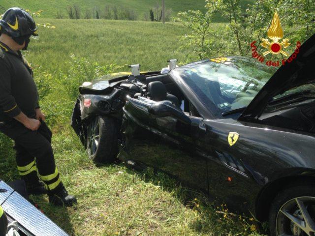 La Ferrari danneggiata